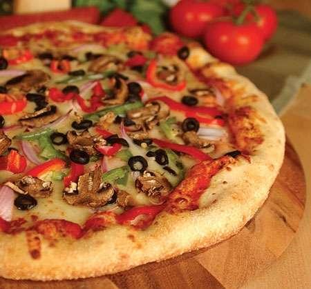 Pizzas caseras listas para hornear