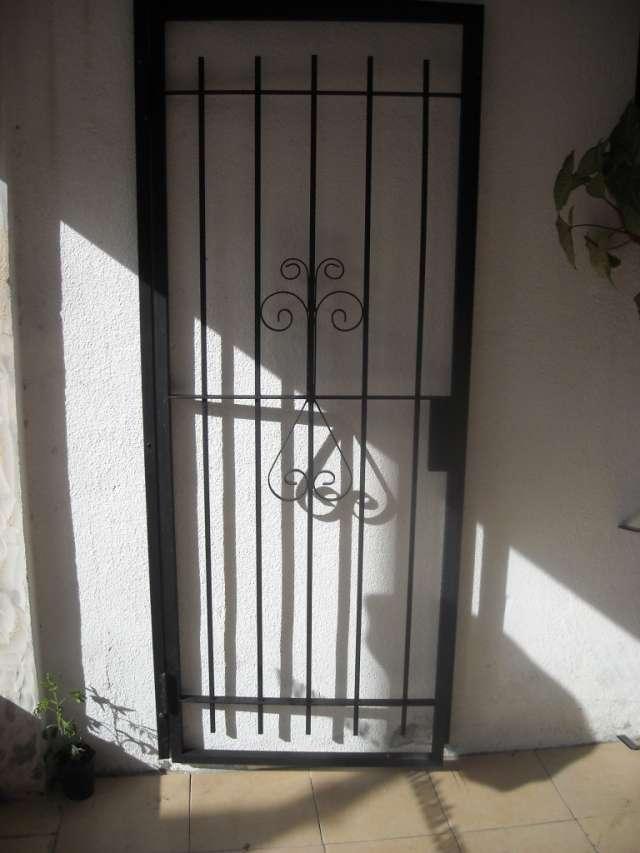 Rejas para puertas y ventanas vendo puertas de seguridad y for Modelos de rejas de fierro para puertas