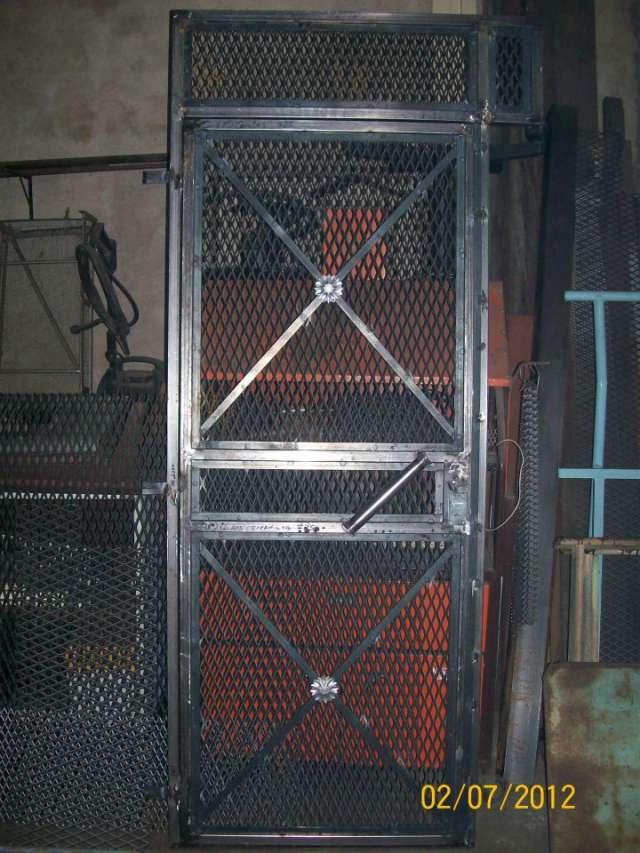 Fotos de rejas de hierro metal desplegado malla barras en - Fotos de rejas ...