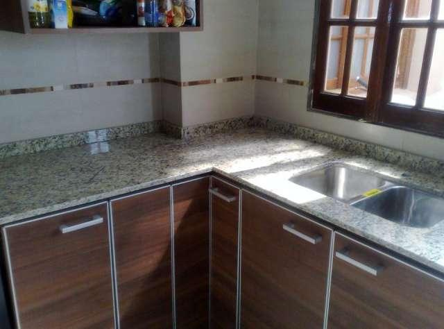 Granito silestone mesadas cocina granito marmoles for Imagenes de mesadas de marmol