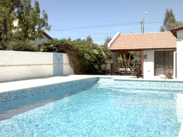Casa con piscina climatizada cubiertas de piscina desde for Casas de alquiler de verano con piscina