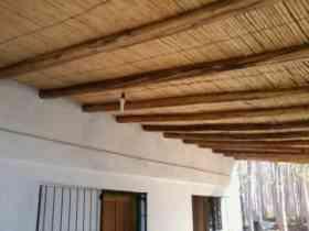 P rtico de troncos terrazas galer as parrillas y m s for Techos rusticos para galerias