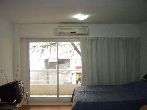 Alquiler temporario: 1 ambiente + balcón + patio- zona hospital italiano (almagro)