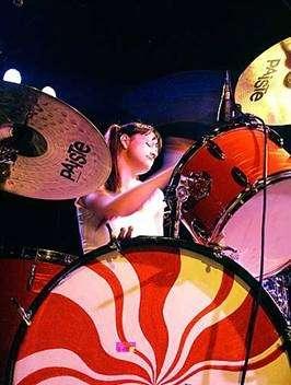 Busco baterista mujer para banda white stripes
