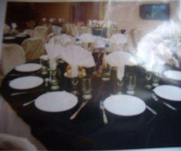 Alquiler de copas vajillas platos cubiertos fundas para sillas tablones mesas redondas etc