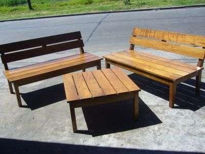 Juego de bancos y mesa ratona para exterior en madera dura.