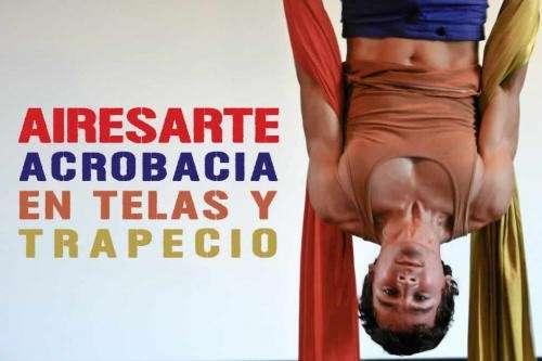 Taller de acrobacias en telas, trapecio y aro.