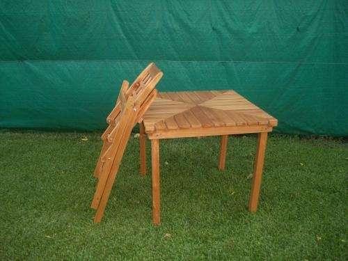 Juego de cuatro sillas plegables en madera