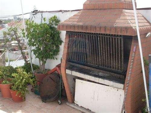 Excelente departamento 2 amb. en dos plantas con escalera de madera y terraza propia, cocina integrada con barra desayunador, antiguedad 3 años, muy luminoso, con lavadero en planta cubierto, 70m2, im