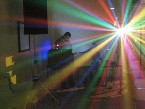 Disc jockey fiestas y eventos - lasers - humo - scanners - robots - etc