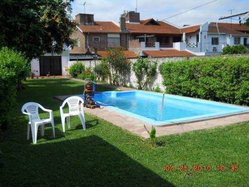 Casa con jardin y piscina cool conjunto de tres casas en for Casas con jardin y piscina