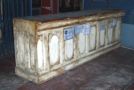 Antiguo mostrador de madera maciza