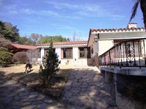 Casa en carlos paz en venta, gran terreno, pileta, villa del lago