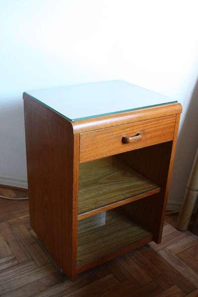 Mesa de escritorio enchapada en roble con vidrio superior, 1 cajón, 1 estante con vidrio y rueditas