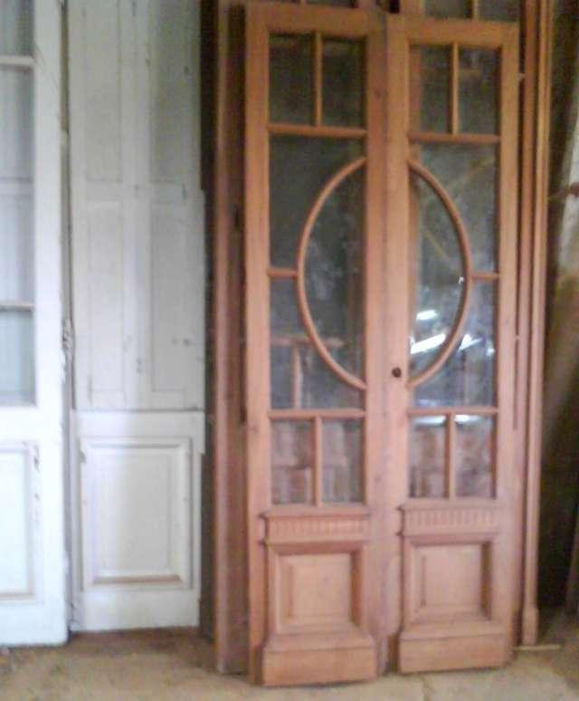 Puerta de madera antigua bajo un arco de medio punto de for Arcos de madera para puertas
