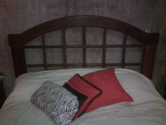 Vendo juego de cama matrimonial y 2 mesas de luz de algarrobo mas un juego de cama de roble y mesa de luz -mendoza