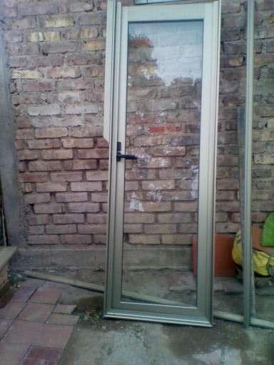 Vendo puerta de aluminio con estructura de aluminio