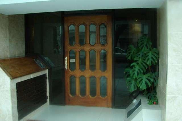 Alquilo 2 ambientes amoblados, al frente con balcon , living comedor 6x3ms , dormitorio con placards, cocina equipada, baño con bañadera, lavadero, 2 ascensores, edificio de categoria