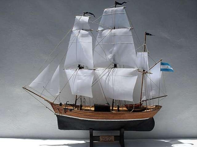 Barco a escala preparado para flotar