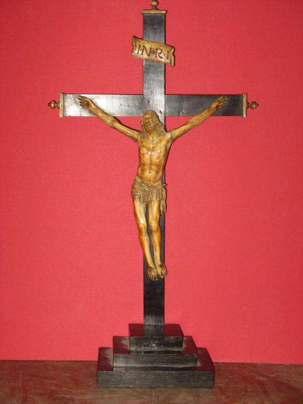 Cristo de marfil frances con peana de madera