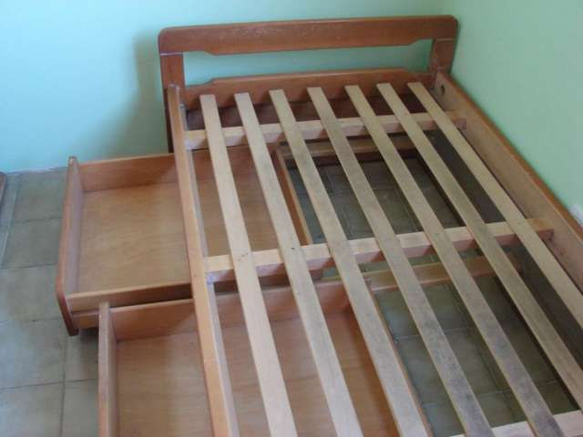 Dos camas 1 plaza madera lustrada color roble, 3 cajones en Lanús ...