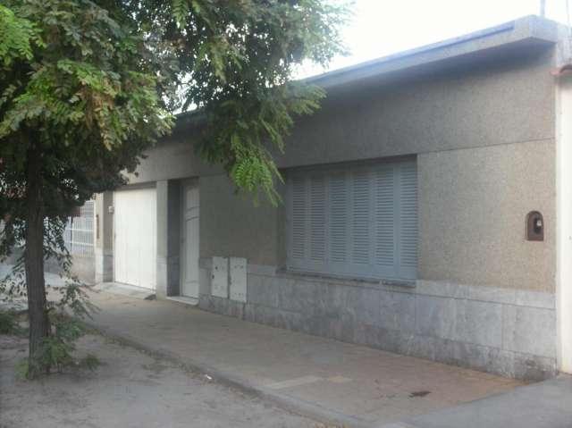 Alquilo casa 3 dorm patio cerca capital y av san martín todos los servicios