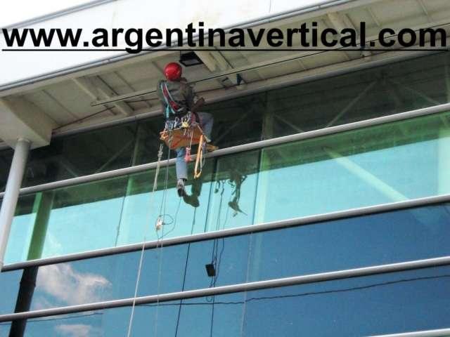 Limpieza de vidrios en altura - argentina vertical pintura de edificios - argentina vertical trabajos en altura - argentina vertical