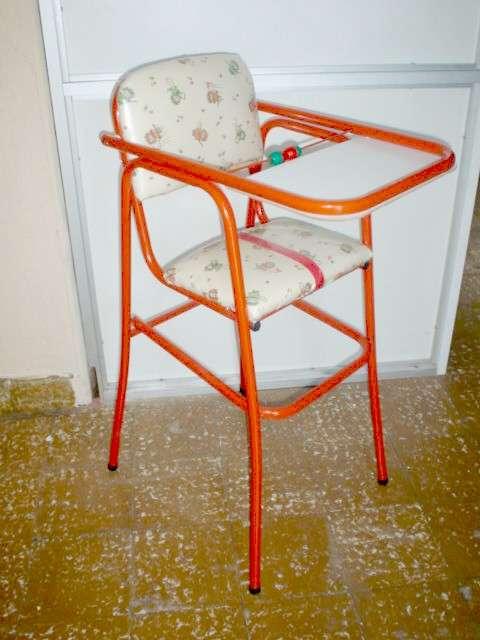 Sillas apilables, mesas, camas con formas de autos, sillas para bebes