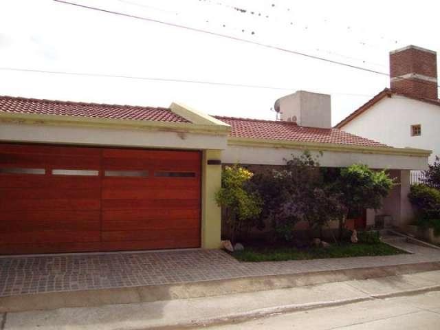 Muy linda casa en venta en carlos paz, barrio la cuesta. todos los servicios.