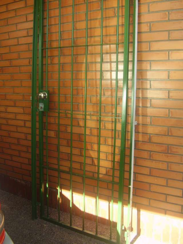 Puerta reja de hierro.