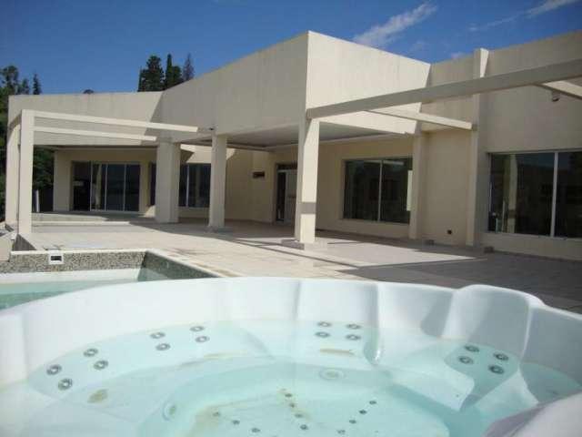 Casa con costa al lago en villa carlos paz, 45 mts de costa , barrio villa del lago