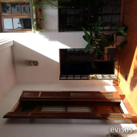 Altisimas persianas en madera, que dan a un patio/jardin