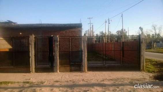 Impecable vendo urgente casa con baño terminado, con muro y frente de rejas acepto permuta.