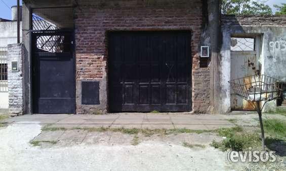 Es un local grande ,hoy la usamos de cochera,y entrada por la puerta negra