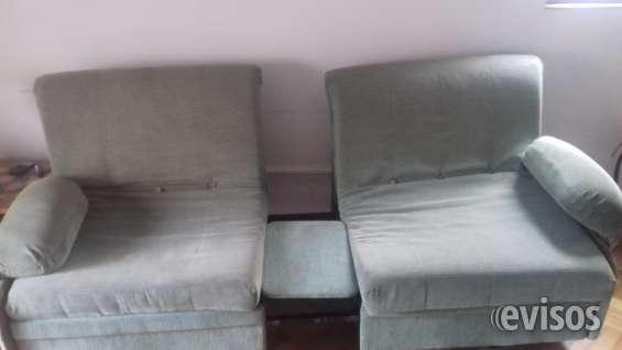Dos sillones con una mesa de centro