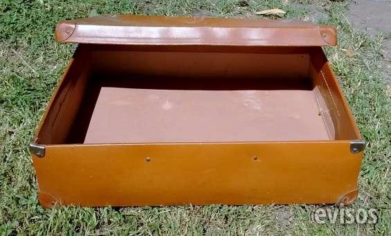 Vendo caja de carton antigua simil cuero con punteras de metal