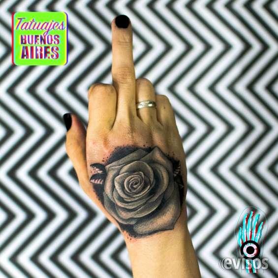 Tatuaje flor realizado por @jose luis segura martinez #tattoo #tatuajes #mano #blancoynegro #rosanegra #mujer #chicas #tatuajesbuenosaires #argentina
