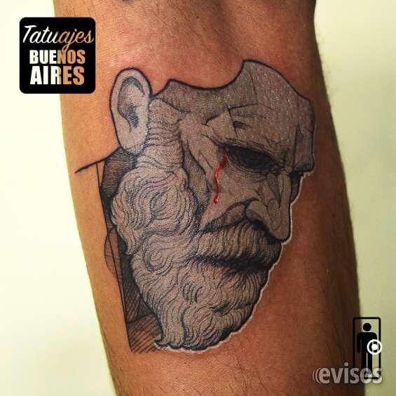Tatuaje hombre pensante realizado por @jose luis segura martinez #tattoo #tatuaje #mascara #estatua #escultura #pensamiento #razon #razonamiento #gris #grey #brazo #tatuajesbuenosaires