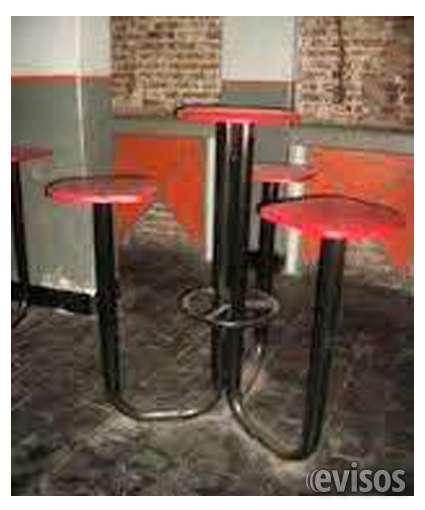 Vendo bancos altos de madera con 3 asientos y mesa