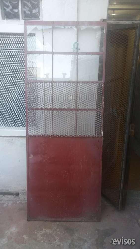 Puerta de hierro con reja