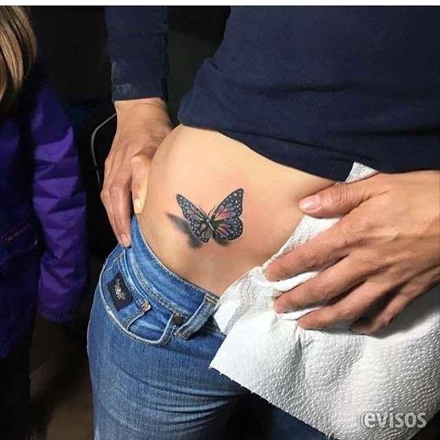 Un hermoso tatuaje de una mariposa con una sombra realista