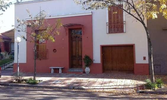 Oportunidad! casa de estilo colonial, en pleno centro t.lauquen