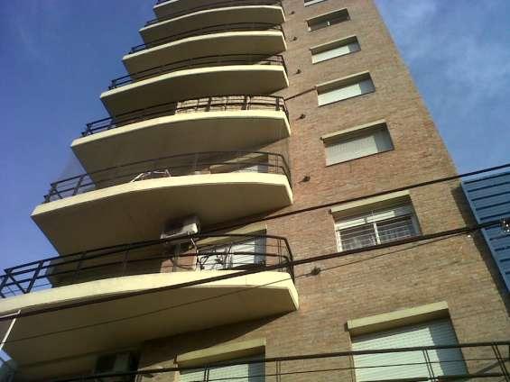 Venta semi piso 3 amb c/balcón al contrafrente c/cochera bajas expensas a. thomas 1000