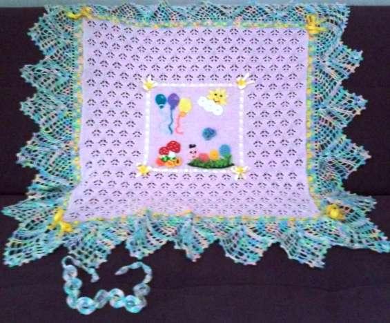 Bella manta de bebe en lindos colores