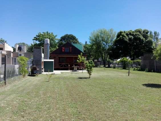 Vista posterior de la cabaña en donde se aprecia el amplio parque, terreno 800 m2