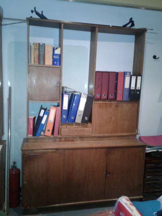 Biblioteca de madera lustrada.