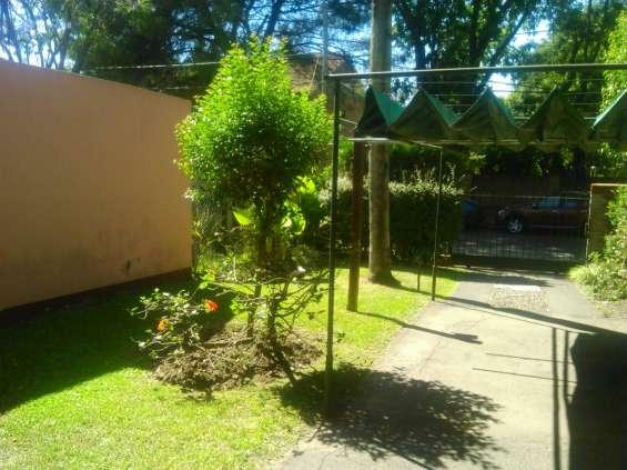 Frente con jardin