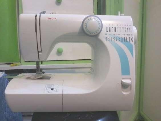 Vendo máquina de coser, marca toyota