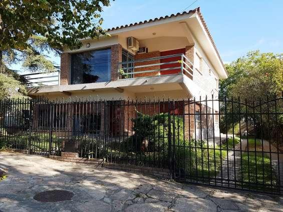 Muy linda propiedad en venta en villa carlos paz, en excelente barrio, 2 plantas