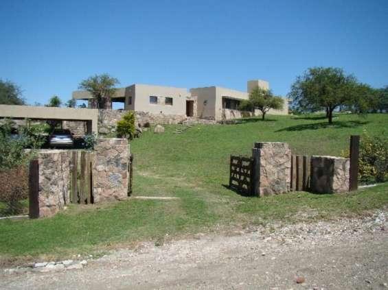 Casa de otro vecino y como se vé el tratamiento del suelo y el ámbito sustentable